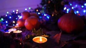 Kerstmisdecoratie in de nacht (langzame motie) stock videobeelden