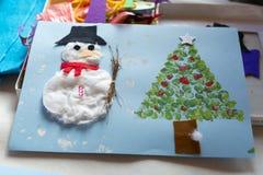 Kerstmisdecoratie door een 10 éénjarigenmeisje dat wordt gemaakt Royalty-vrije Stock Afbeeldingen