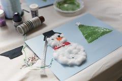 Kerstmisdecoratie door een 10 éénjarigenmeisje dat wordt gemaakt Stock Foto's