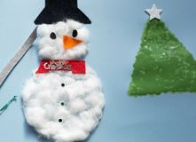 Kerstmisdecoratie door een 10 éénjarigenmeisje dat wordt gemaakt Stock Fotografie