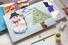 Kerstmisdecoratie door een 10 éénjarigenmeisje dat wordt gemaakt Royalty-vrije Stock Afbeelding