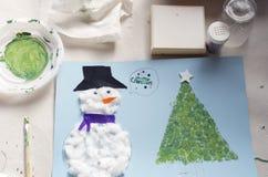 Kerstmisdecoratie door een 10 éénjarigenmeisje dat wordt gemaakt Royalty-vrije Stock Foto's