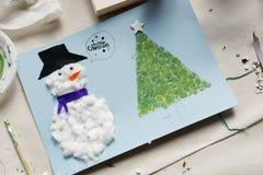Kerstmisdecoratie door een 10 éénjarigenmeisje dat wordt gemaakt Royalty-vrije Stock Foto