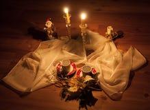 Kerstmisdecoratie door kaarsen worden verlicht die Stock Afbeelding