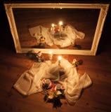 Kerstmisdecoratie door kaarsen worden verlicht die Royalty-vrije Stock Foto's