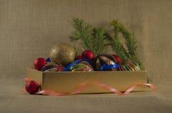 Kerstmisdecoratie in doos Stock Foto