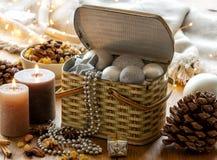 Kerstmisdecoratie in een uitstekende doos Stock Afbeelding