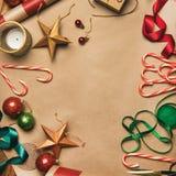 Kerstmisdecoratie en ballen over verpakkend document, vierkant gewas royalty-vrije stock foto