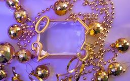 Kerstmisdecoratie en cijfers in gouden kleur Royalty-vrije Stock Foto's
