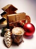 Kerstmisdecoratie en een compact nieuwigheidspoeder Stock Foto's