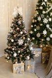 Kerstmisdecoratie en een spar Stock Foto