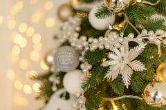 Kerstmisdecoratie en een spar Stock Afbeeldingen