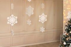 Kerstmisdecoratie en een spar Stock Afbeelding