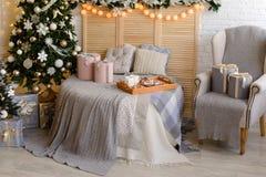Kerstmisdecoratie en een spar Stock Foto's
