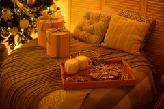 Kerstmisdecoratie en een spar Stock Fotografie
