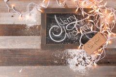 Kerstmisdecoratie en gift met het begroeten van Vrolijke Kerstmis Stock Foto