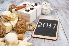 Kerstmisdecoratie en giftdoos over houten achtergrond Het concept van de de wintervakantie 2017 op de tablet Ruimte voor tekst Stock Fotografie