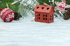 Kerstmisdecoratie en groene sparrentak op witte houten royalty-vrije stock afbeelding