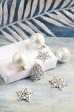 Kerstmisdecoratie en heden Kerstmisklok en zilveren snuisterijen royalty-vrije stock fotografie