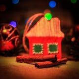 Kerstmisdecoratie en pijpjes kaneel op een feestelijke backgrou Royalty-vrije Stock Fotografie