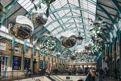 Kerstmisdecoratie en reuzesnuisterijen in Covent Garden-Markt, Londen, het UK royalty-vrije stock afbeeldingen
