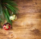 Kerstmisdecoratie en spar op een houten raad Hoogste mening gefiltreerde beeld instagram stijl Stock Afbeelding