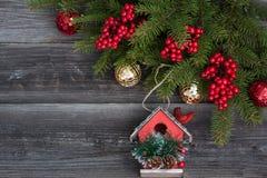 Kerstmisdecoratie en vogelhuis Stock Fotografie