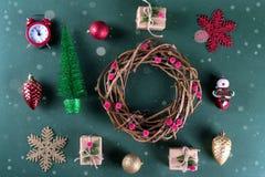 Kerstmisdecoratie en voorwerpen op groene achtergrond stock afbeelding