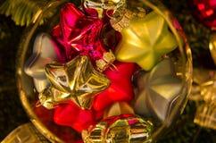 Kerstmisdecoratie, glanzende gekleurde sterren in een glaskom Stock Foto's