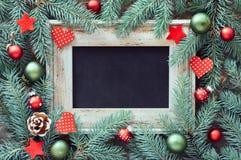 Kerstmisdecoratie in groene en rode, vlakke lay-out met tekst SP royalty-vrije stock foto's