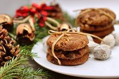Kerstmisdecoratie - haverkoekjes voor Santa Claus en takken van naaldbomen stock foto's