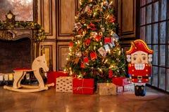 Kerstmisdecoratie in het binnenland van de grungeruimte Royalty-vrije Stock Fotografie