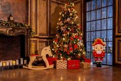 Kerstmisdecoratie in het binnenland van de grungeruimte Royalty-vrije Stock Afbeeldingen