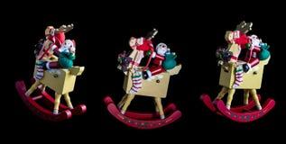 Kerstmisdecoratie: 3 het geïsoleerde Schommelen Santas op Hun Reinde Stock Fotografie