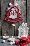 Kerstmisdecoratie het hangen over houten achtergrond Royalty-vrije Stock Foto's