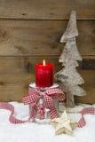 Kerstmisdecoratie: houten boom, sterren, kaars en sneeuw op houten Stock Fotografie