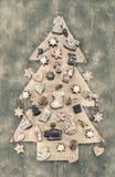Kerstmisdecoratie: houten gesneden die boom met gingerbr wordt verfraaid Royalty-vrije Stock Foto's