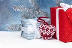 Kerstmisdecoratie, huidige dozen en zilveren sparrentak Stock Fotografie