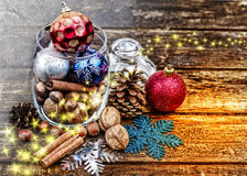 Kerstmisdecoratie, kaneel, kruik met Kerstmisdecoratie en noten Okkernoten, hazelnoten Gestemd beeld Royalty-vrije Stock Foto