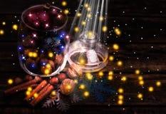 Kerstmisdecoratie, kaneel, kruik met noten Okkernoten, hazelnoten Gestemd beeld met het effect van het schieten bij middernacht Stock Fotografie
