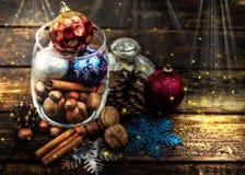 Kerstmisdecoratie, kaneel, kruik met noten Okkernoten, hazelnoten Gestemd beeld met het effect van het schieten bij middernacht Stock Afbeelding