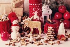 Kerstmisdecoratie - koekjes, appelen, kruiden, overwogen wijn Co Stock Afbeeldingen