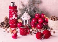 Kerstmisdecoratie - koekjes, appelen, kruiden, overwogen wijn Co Stock Foto