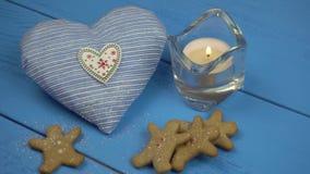 Kerstmisdecoratie: koekjes, kaars, hart gevormd Kerstmisstuk speelgoed 4K stock video