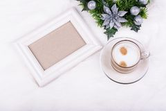 Kerstmisdecoratie, lege fotokader en latte koffie op witte achtergrond Wit kadermodel Stock Afbeelding