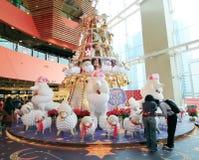 Kerstmisdecoratie in Megadooswinkelcomplex Stock Foto