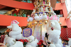 Kerstmisdecoratie in Megadooswinkelcomplex Stock Afbeeldingen