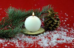 Kerstmisdecoratie met aromatische kaarsen stock foto's