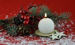 Kerstmisdecoratie met aromatische kaarsen stock fotografie
