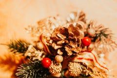 Kerstmisdecoratie met ballen en denneappels stock afbeelding